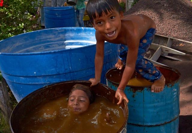 Et par skønne unger leger i deres midlertidige pool.