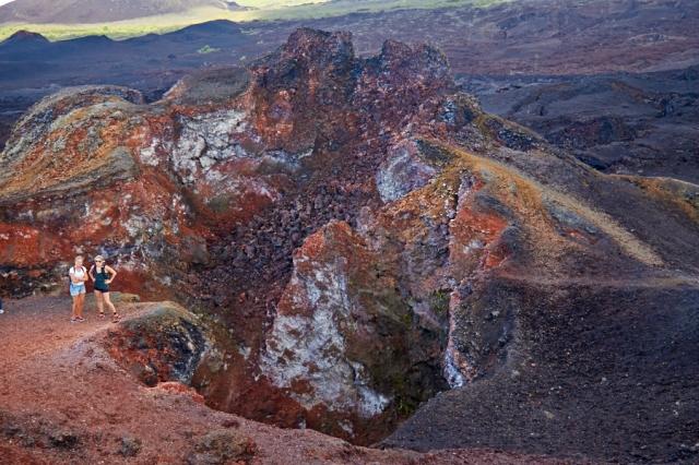 Marianne og Pernille foran Vulkan Chico, en lille nabovulkan til den store Sierra Negra.