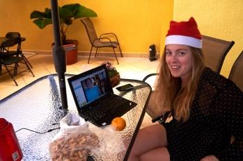 Vi holdt jul i Campeche, hvor der blev skypet med familien derhjemme. Til anledningen havde vi selvfølgelig anskaffet os fine nissehuer. Til højre står Pernille vagt på det gamle spanske fort i byen klar til at jævne de nye højhuse med jorden